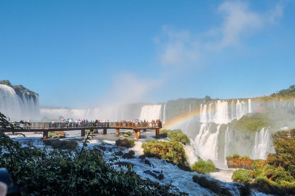 Ponte entre as quedas d´água no Parque Nacional do Iguaçú