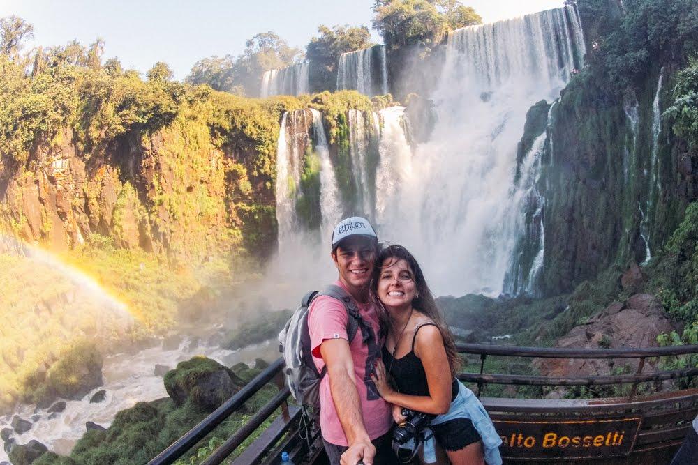 Vista das cataratas no Passeio inferior no Parque Nacional Iguazú