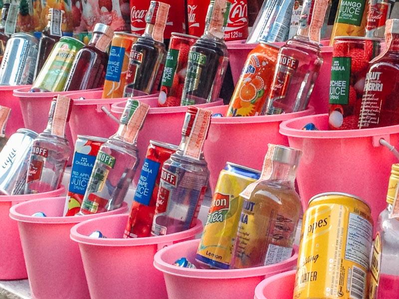 Os famosos buckets de bebidas da Full Moon Party