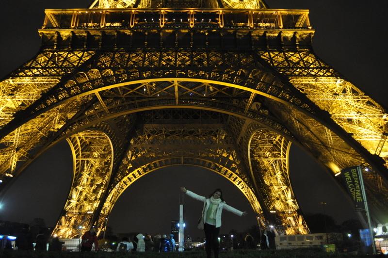 Vista debaixo da Torre Eiffel em Paris