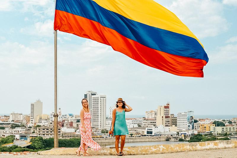 Turistas com a bandeira da colombia