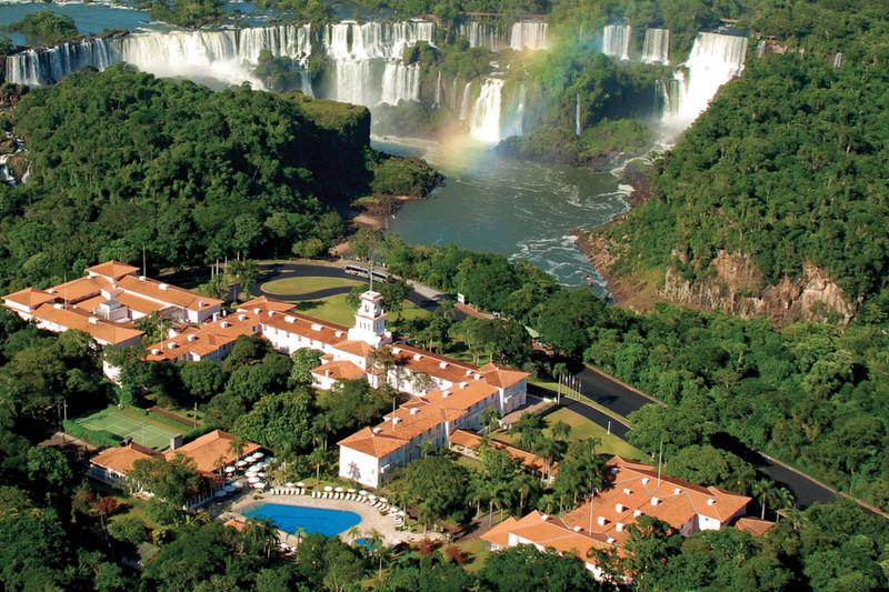 Hotel das Cataratas visto de cima ao lado das Cataratas do Iguaçu