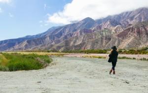 estrada com as cadeias montanhosas de jujuy na argentina