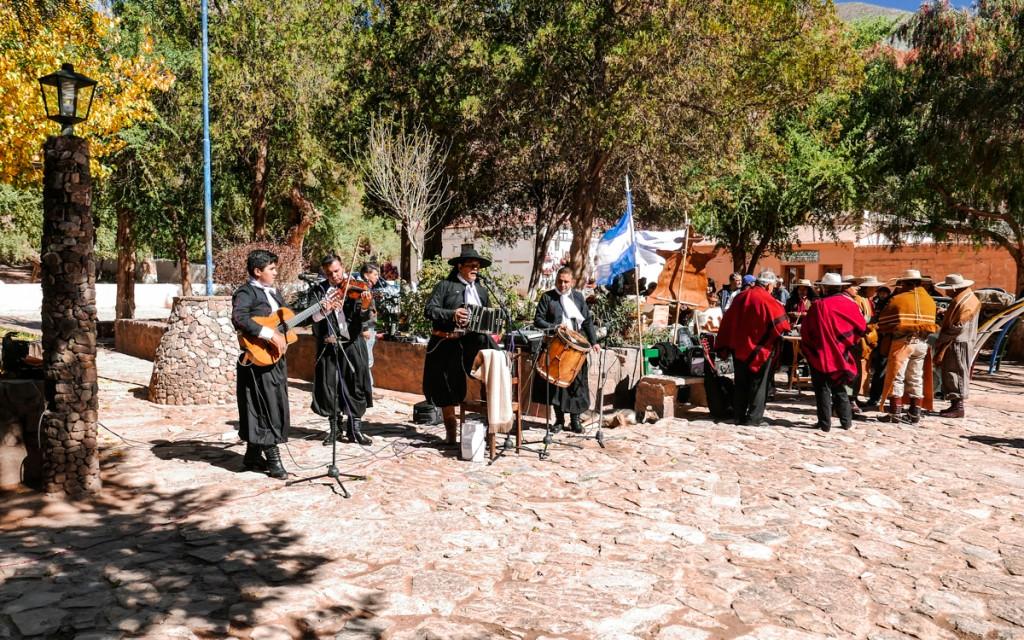 Música ao vivo nas ruas de Purmamarca