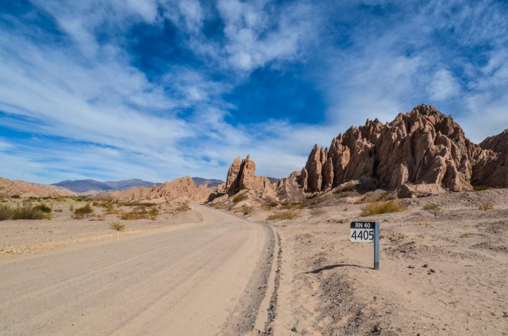 Estrada Ruta 40 e as montanhas ao redor, na Argentina