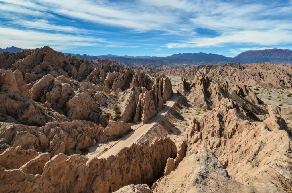 Montanhas contrastando com o céu azul na Quebrada de las Flechas