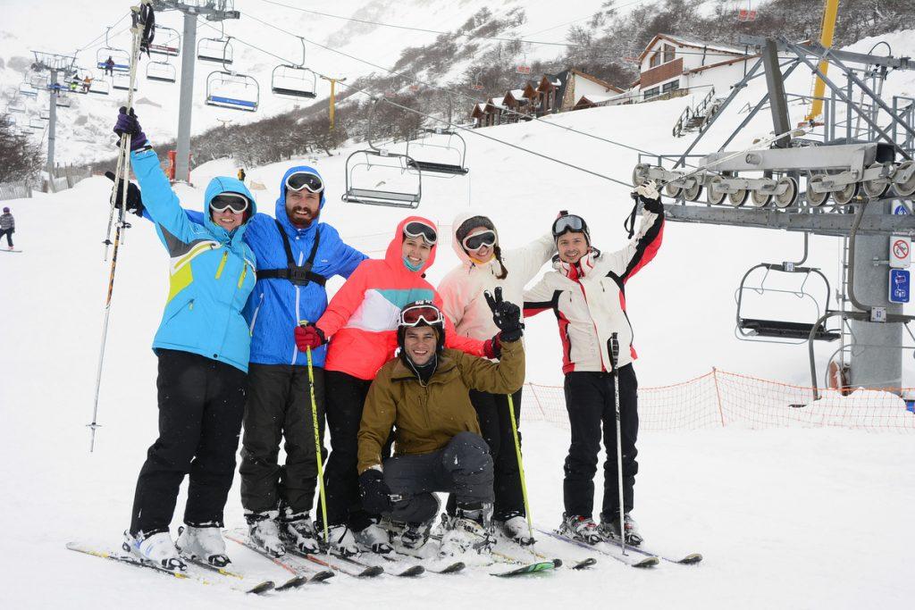 esquiando com amigos no Cerro La Hoya