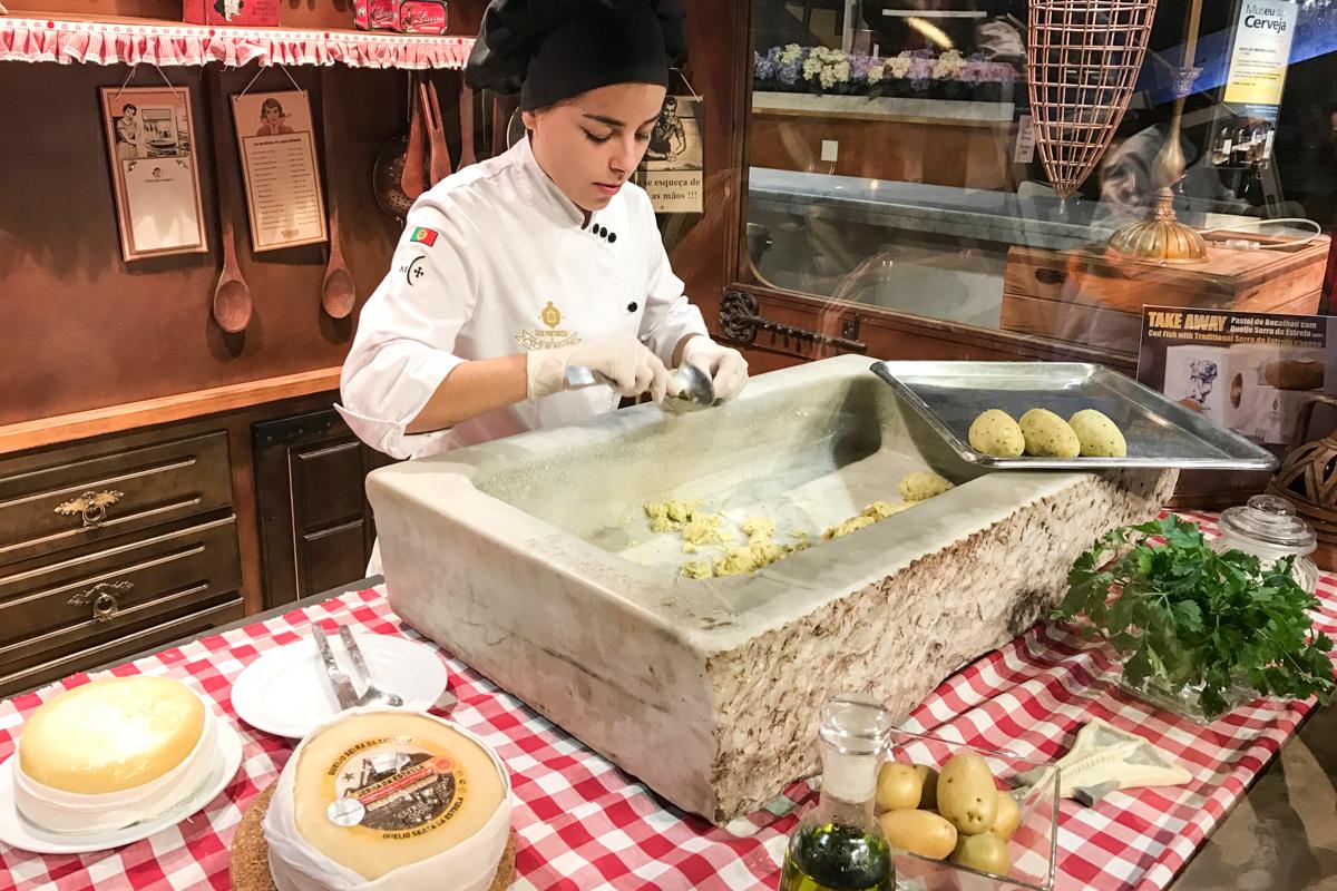 Preparação do pastel de bacalhau do Museu da Cerveja