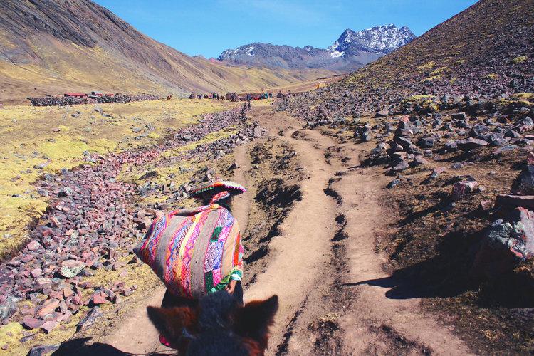 peruana subindo a montanha colorida do peru