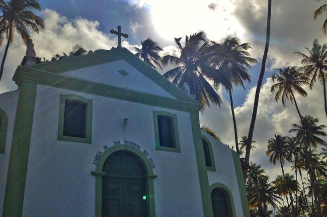 igreja-na-praia-de-carneiros