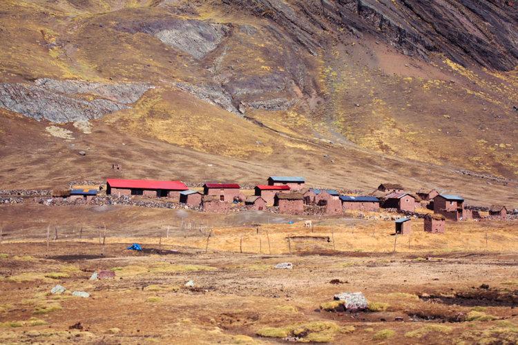 Vila peruana presente na trilha da Montanha Vinicunca