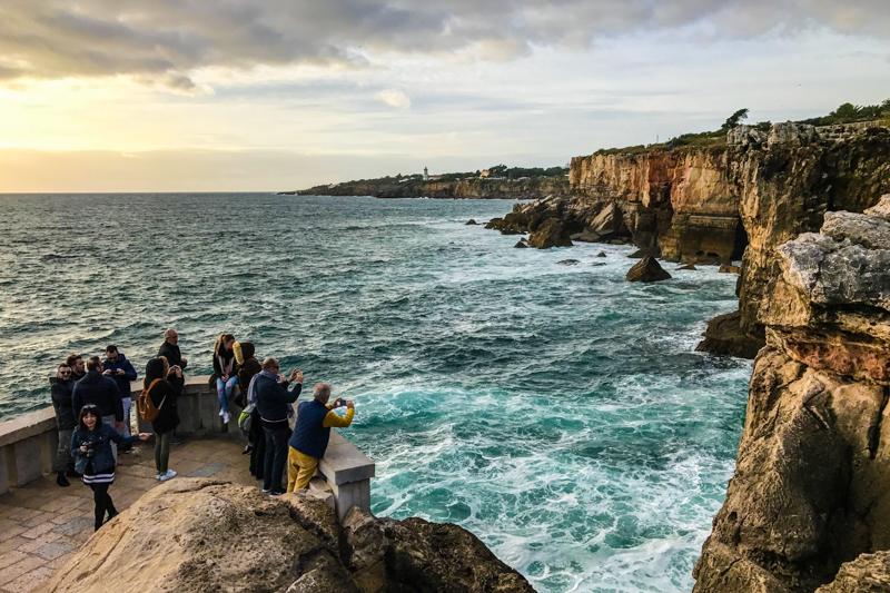 Turistas na Boca do Inferno em Cascais, Portugal