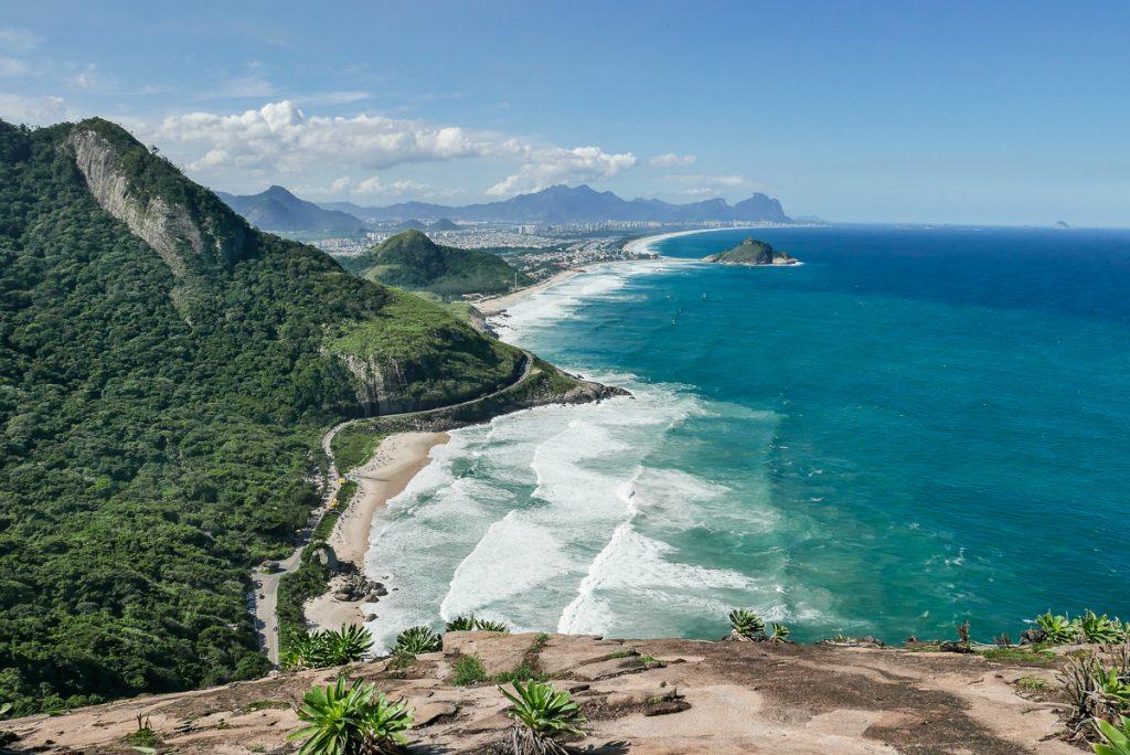 Vista de toda a Zona Oeste do Rio do alto do Morro dos Cabritos
