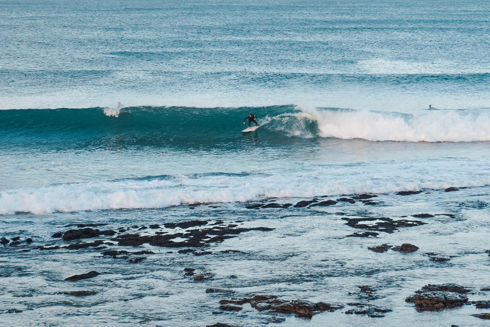 Surfista na praia SuperTubes em Jeffrey's Bay