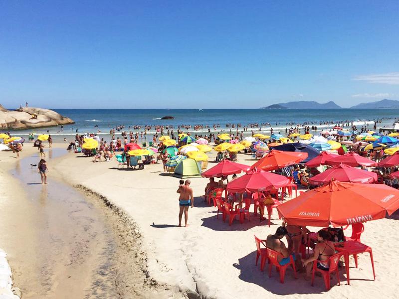 Areia lotada na Praia da Joaquina