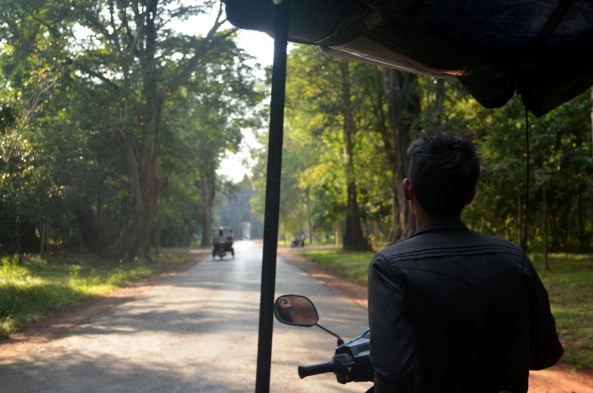 Tuktuk pelos templos de Angkor Wat no Camboja