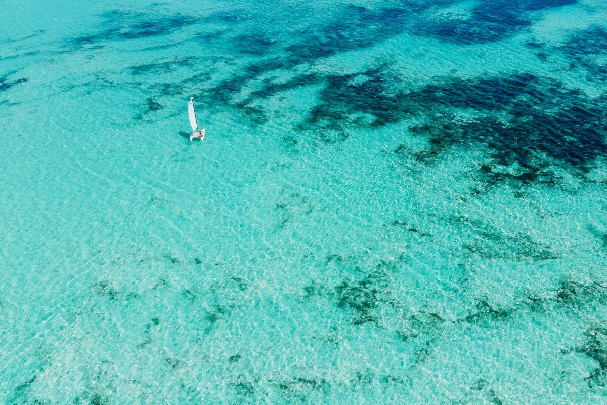 Mar azul turqusa do Caribe