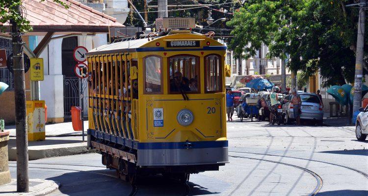 Bondinho de Santa Teresa circulando pelo Largo dos Guimarães