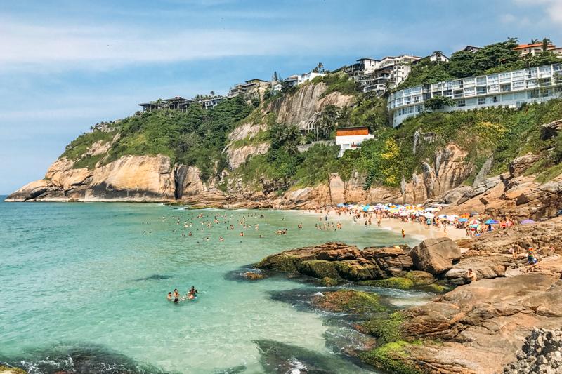 Mar cristalino na Praia da Joatinga no Rio de Janeiro