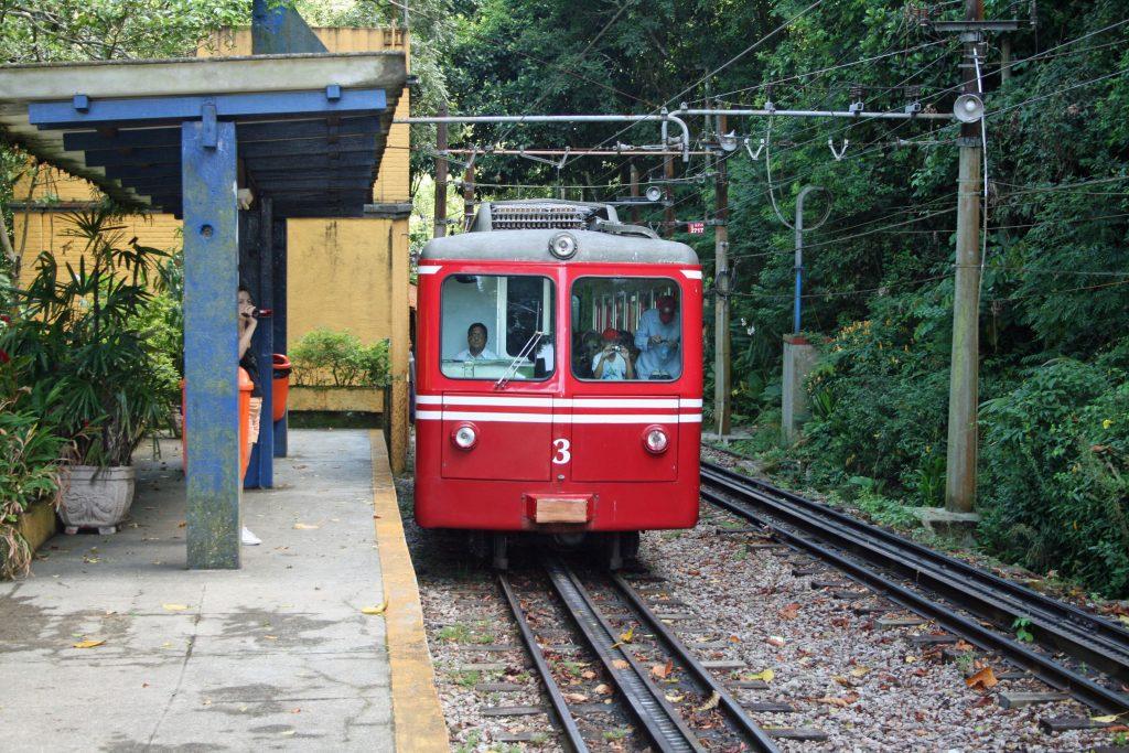 Trem do corcovado parado na estação paineiras no rio de janeiro