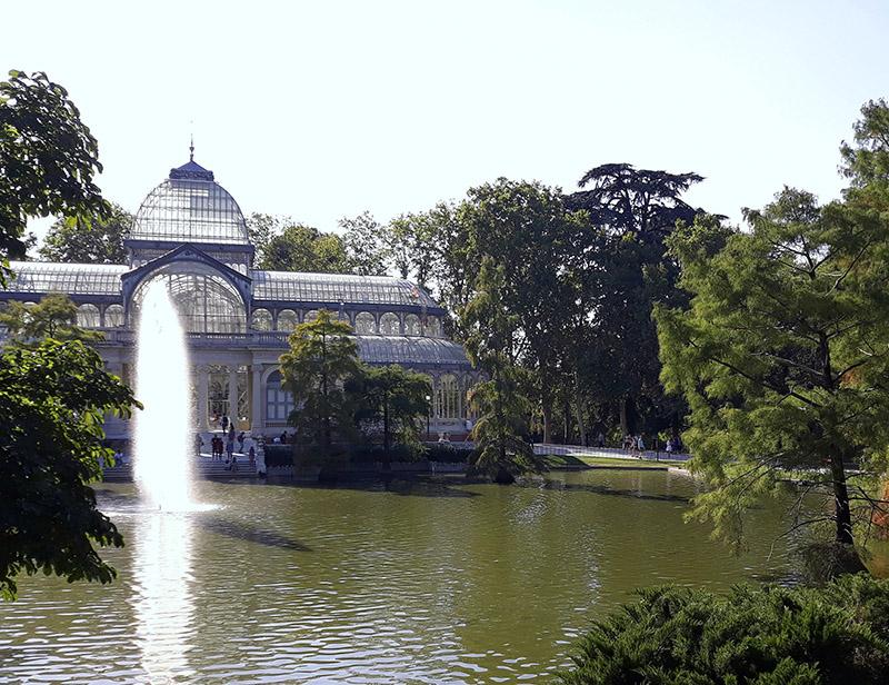 Lago e o Palácio de Cristal no Parque del Retiro em Madrid