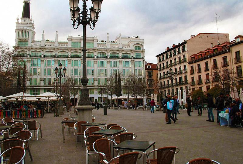 Mesinhas na Praça Santa Ana em Madrid