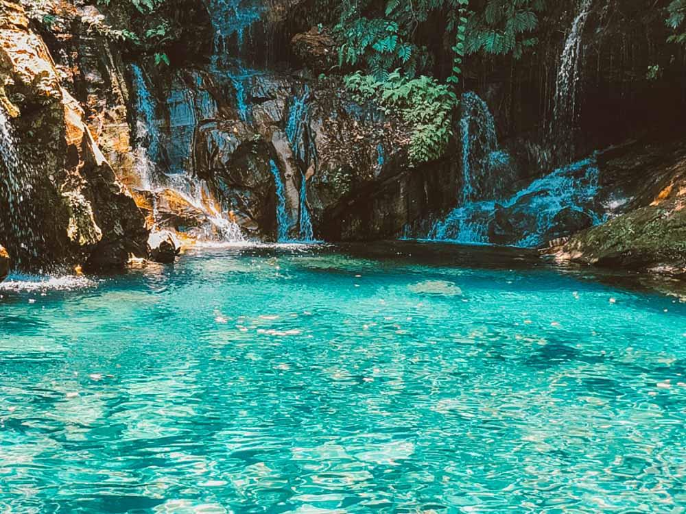 Poço Azul e Encanto Azul: conheças as cachoeiras de águas azuis na Chapada das Mesas