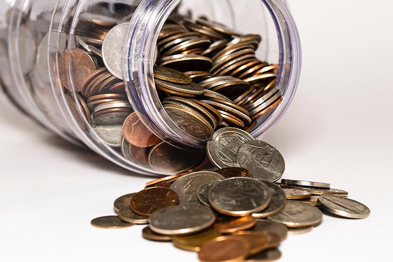 como juntar dinheiro para viajar guarde suas moedas em um pote de vidro