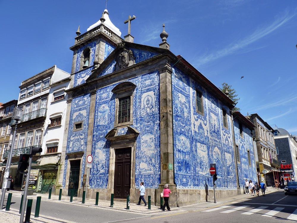 Foto da fachada da Capela das Almas no Porto