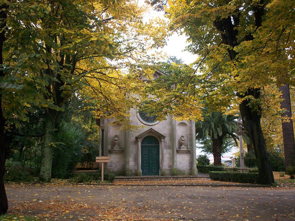 Igreja e jardins do Porto no outono