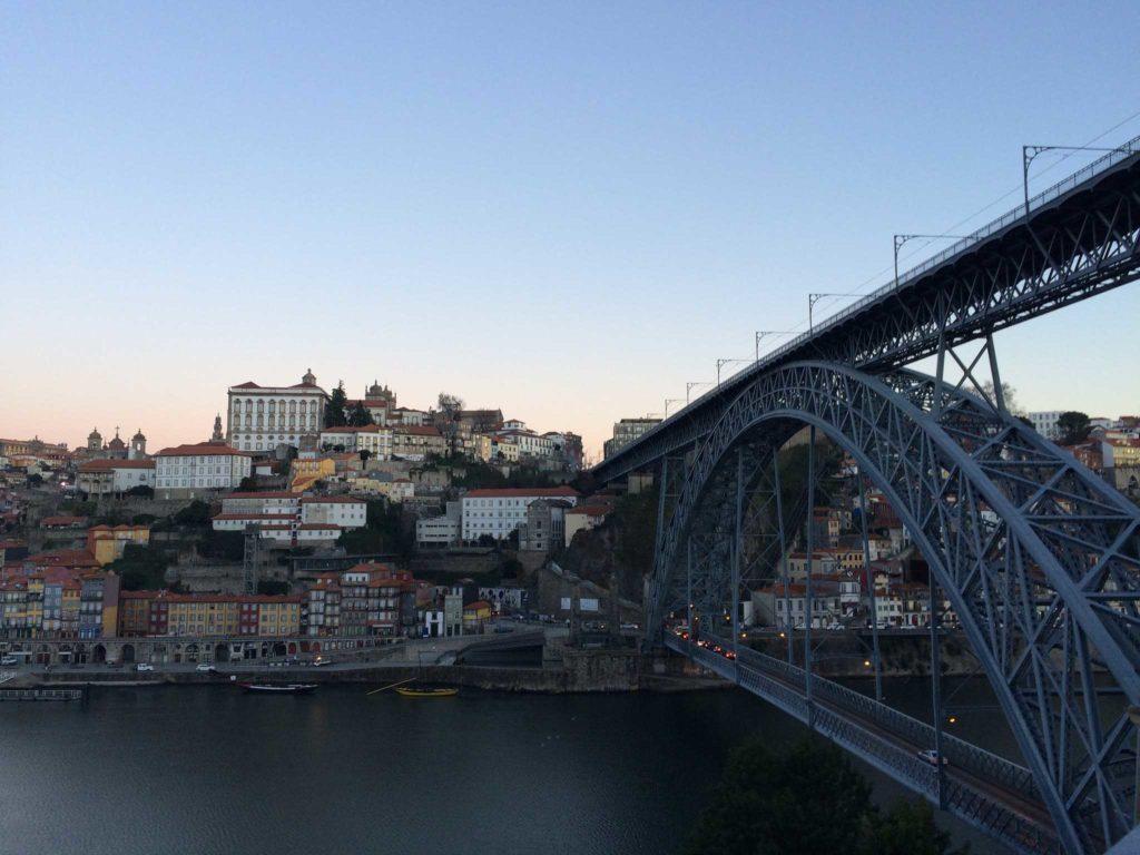 Vista das casas coloridas através da Ponte D. Luís I