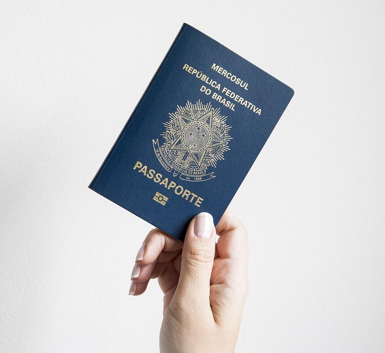 passaporte brasileiro em mãos