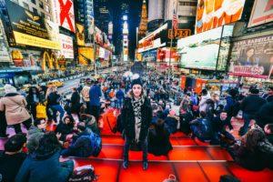 Times Square à noite movimentada e iluminada