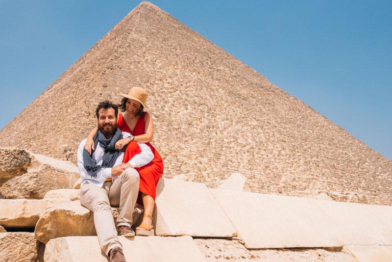 casal nas pirâmides do egito