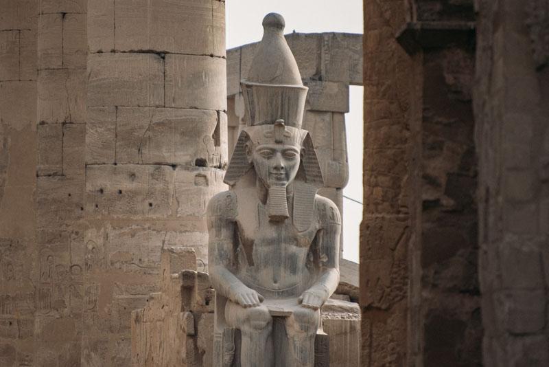 Os grandiosos colossos do Templo de Luxor