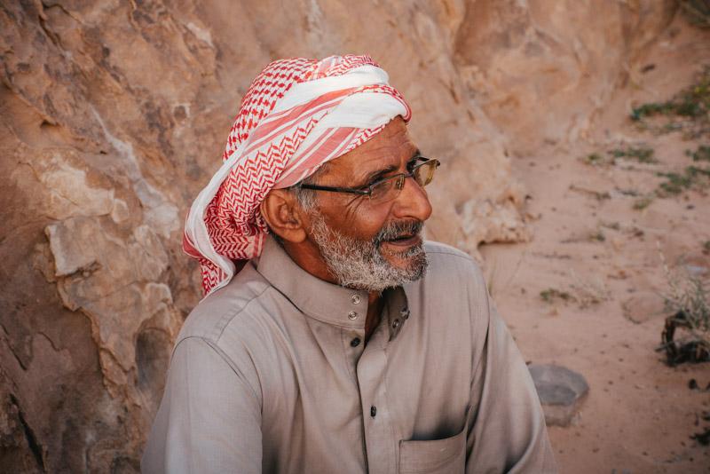 retrato de um beduíno em wadi rum na jordânia