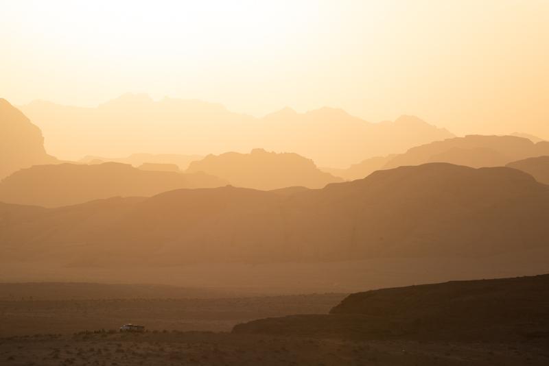 Pôr do sol espetacular no deserto de Wadi Rum