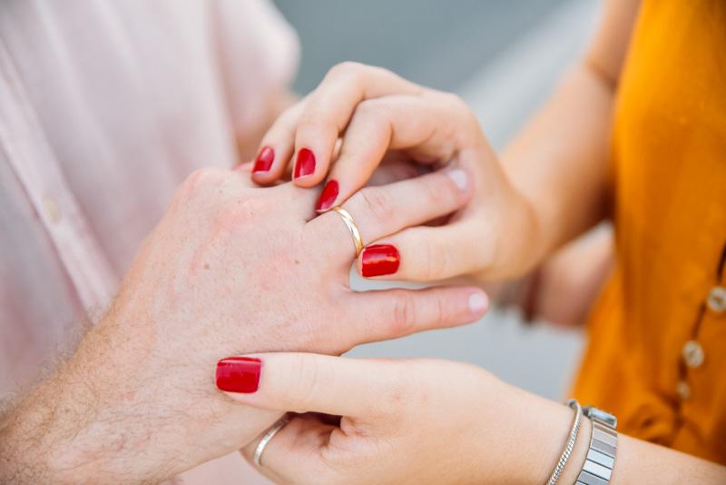 mulher pede namorado em casamento