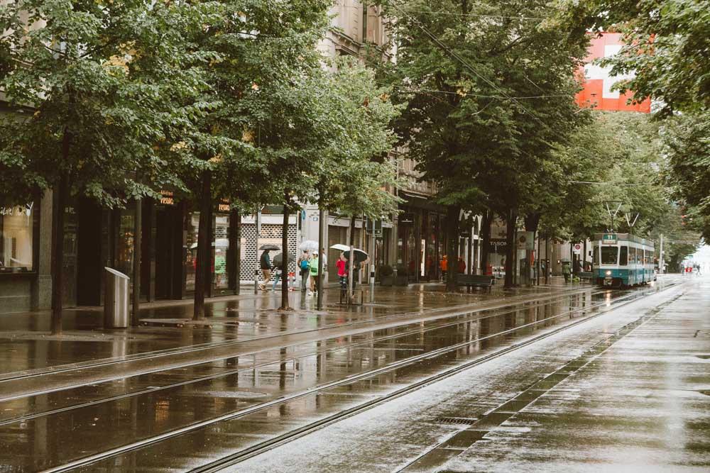 Bahnhof Strasse em um dia de chuva