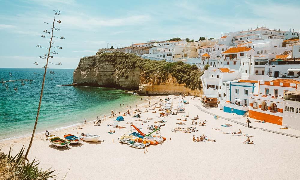 praias de portugal casas coloridas
