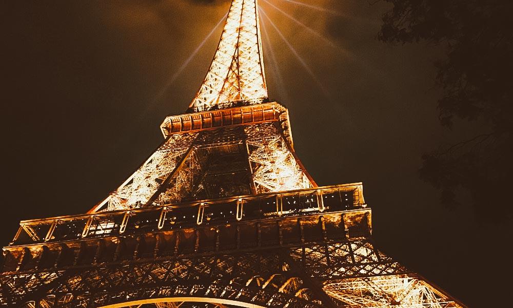 vale a pena subir na torre eiffel a noite
