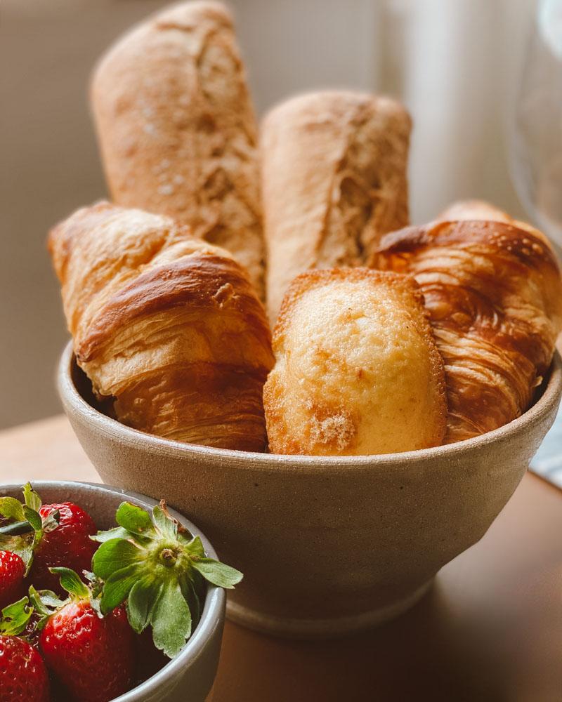 como é o café da manhã na França